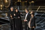 Dirk Wilutzky, Laura Poitras y Mathilde Bonnefoy recogen su Oscar al Mejor Documental