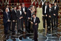 El equipo de 'Birdman' con Alejandro González Iñárritu recogiendo su Oscar a la Mejor Película