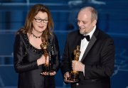 Frances Hannon y Mark Coulier con su Oscar al Mejor Maquillaje y Peluquería por 'El gran Hotel Budapest'