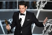 Graham Moore recoge su Oscar al Mejor Guión Adaptado por 'The Imitation Game'
