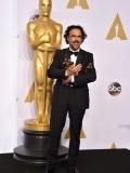 Iñárritu, mimando sus 3 estatuillas