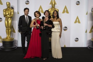 Jason Bateman y Kerry Washington con Ellen Goosenberg y Dana Perry