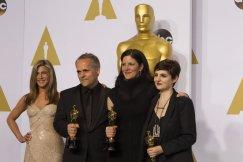 Jennifer Aniston con Dirk Wilutzky, Laura Poitras y Mathilde Bonnefoy