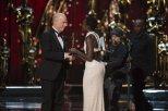 Lupita Nyong'o entrega el Oscar a J.K. Simmons