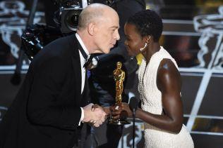 Simmons recogiendo su Oscar
